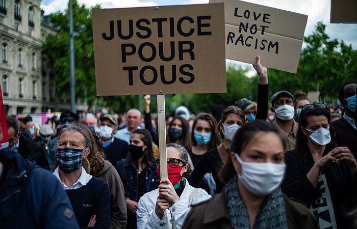 В Париже закроют бары и кафе на улицах из-за марша против расизма