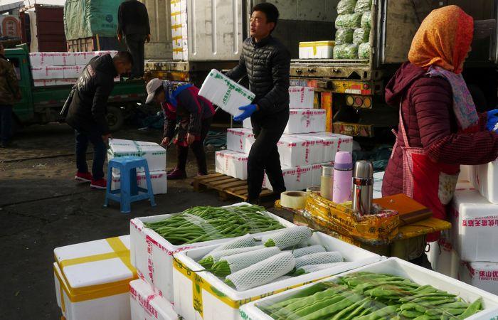 В Пекине 10 тыс. человек проверят на COVID-19 после обнаружения коронавируса на рынке