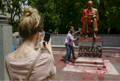 В Милане активисты облили краской памятник журналисту Индро Монтанелли
