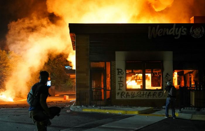 Горящий ресторан Wendy's в Атланте во время протестов