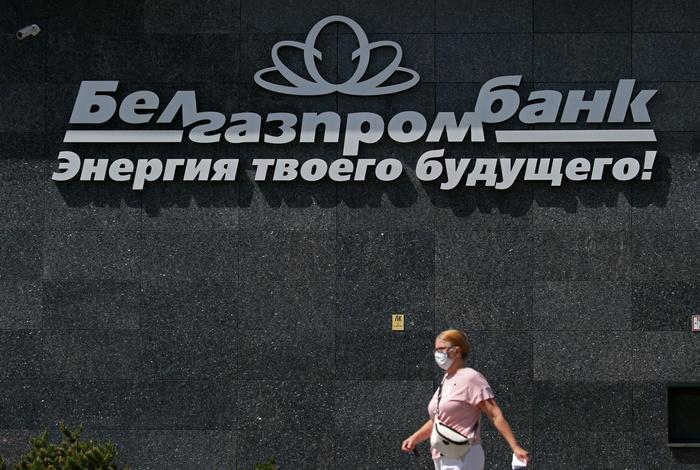 Белгазпромбанк приостановил операции с валютой для физлиц