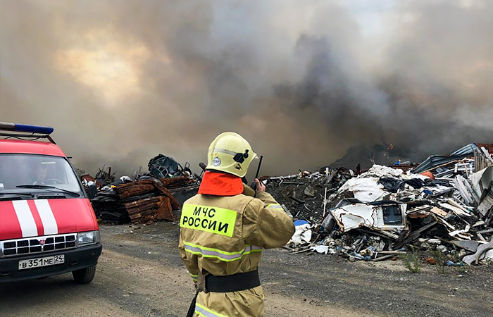 Для тушения пожара на свалке отходов в Норильске привлекли тяжелую технику