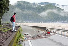 Юг Японии затопило из-за проливных дождей