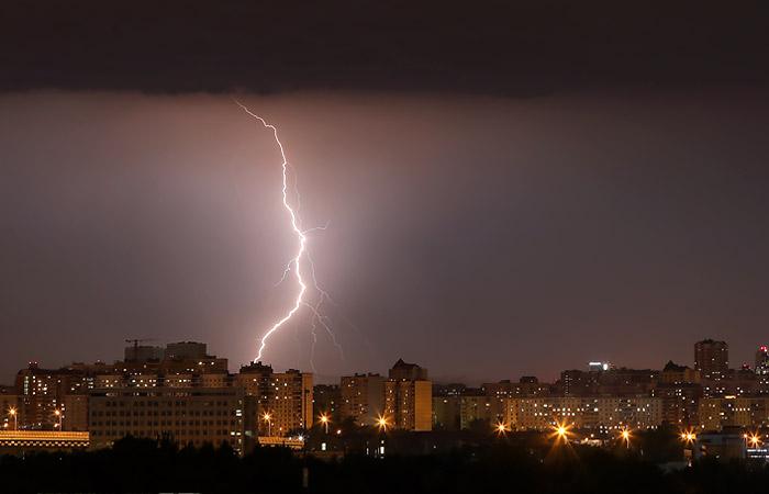 Москвичей предупредили о грозе, граде и сильном ветре в среду