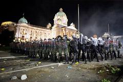 Протестовавшие против карантинных мер попытались взять штурмом парламент Сербии