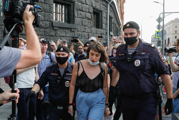 В Москве задержаны более 20 участников пикетов в поддержку Сафронова
