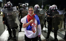 Граждане Сербии вышли на протесты против ограничений из-за COVID-19