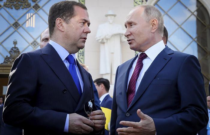 Медведев назвал товарищескими отношения с Путиным