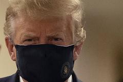 Трамп впервые появился на публике в защитной маске
