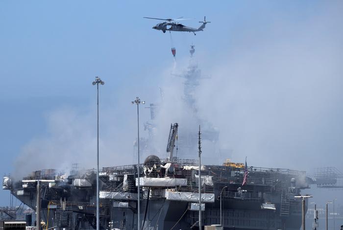 Десантный корабль ВМС США дал осадку в ходе тушения пожара на его борту