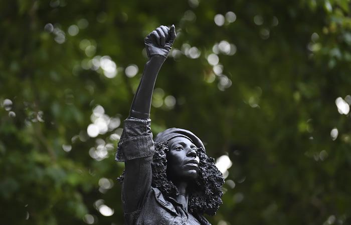 Памятник работорговцу в Бристоле заменили статуей противницы расизма