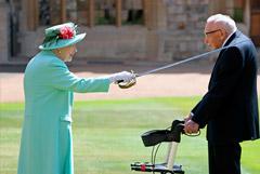 Елизавета II посвятила в рыцари ветерана, собравшего более 32 млн фунтов для врачей