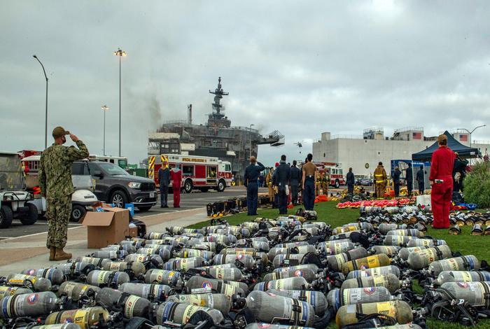 Военным удалось потушить пожар на десантном корабле ВМС США в Сан-Диего