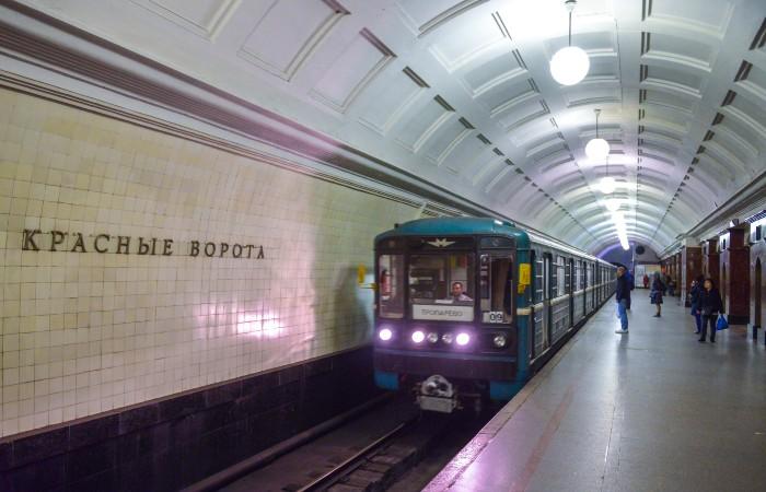 """Мужчина, упавший под поезд на станции """"Красные ворота"""" московской подземки, погиб"""