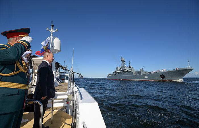 Военно-морской парад начался в Петербурге