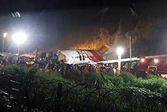 В Индии 14 человек погибли после выкатывания самолета за пределы ВПП