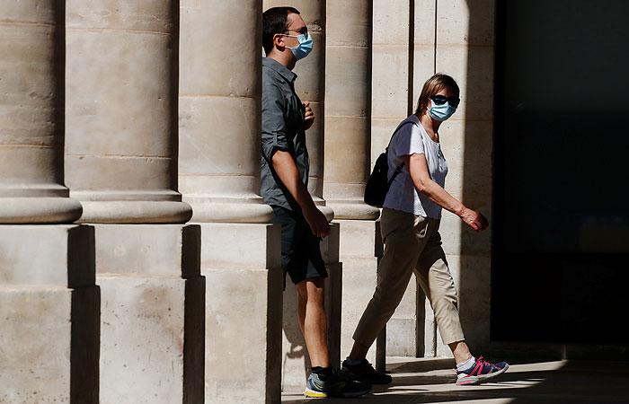 В некоторых районах Парижа введен обязательный масочный режим