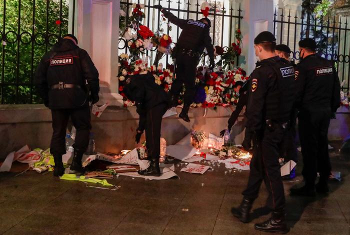 Полицейские пресекли несогласованную акцию возле белорусского посольства в Москве