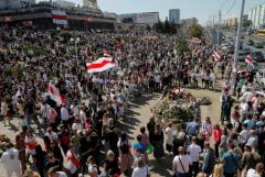 Тысячи людей пришли к месту гибели участника протестов в Минске
