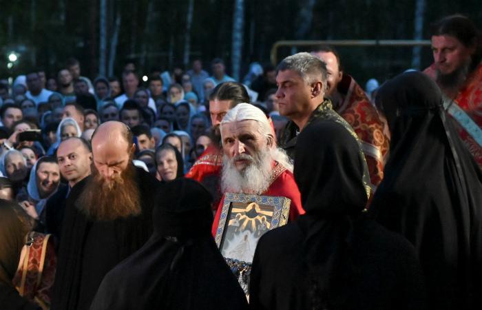 """Екатеринбургская епархия призвала выбирать между церковью и """"обаянием"""" отца Сергия"""