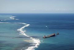 Застрявший у Маврикия танкер раскололся