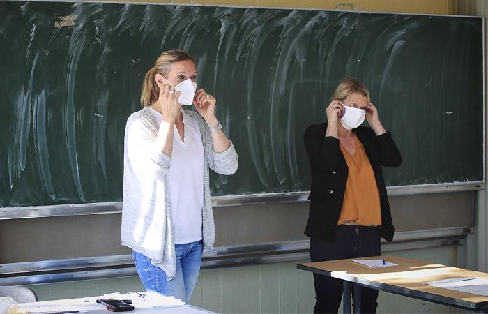 Минпросвещения отдало на откуп регионам решение о масках для учителей