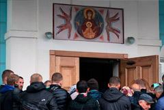 """Сторонники мятежного схимонаха без него пришли к епархии на """"крестный ход"""""""