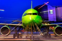 Авиакомпании почти в два раза снизили цены на билеты по России