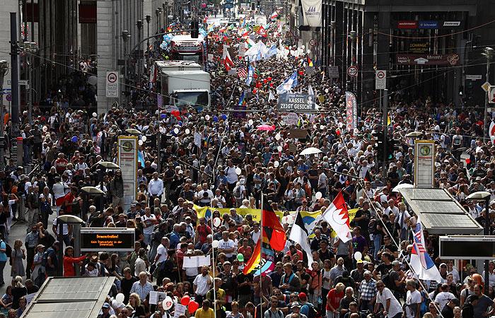 В Берлине политика властей по COVID-19 вывела на акцию тысячи человек