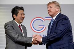 """Трамп сообщил о """"замечательном разговоре"""" с Абэ, покидающим пост премьера Японии"""