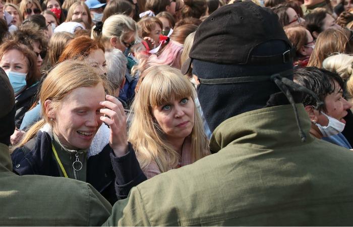 """Численность """"женского марша"""" в Минске достигла нескольких тысяч"""