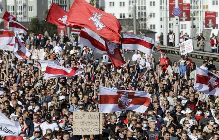 Протестующие в Минске начали строить баррикады