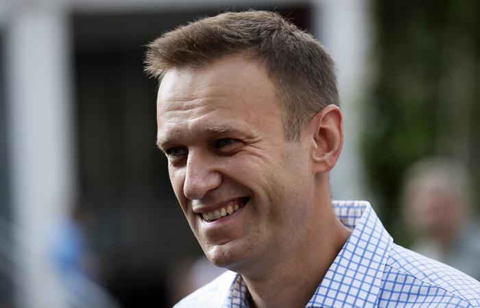 Навальный стал вставать с постели