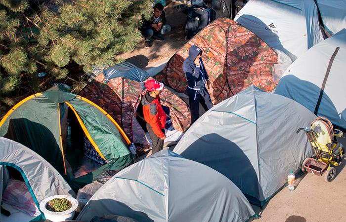 Тысячи узбекских мигрантов собрались в палаточном лагере под Самарой