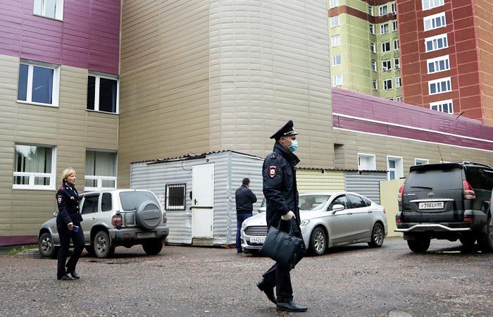 Сотрудники полиции у больницы в Омске, куда был госпитализирован Алексей Навальный