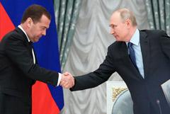 """Путин наградил Медведева орденом """"За заслуги перед Отечеством"""" III степени"""