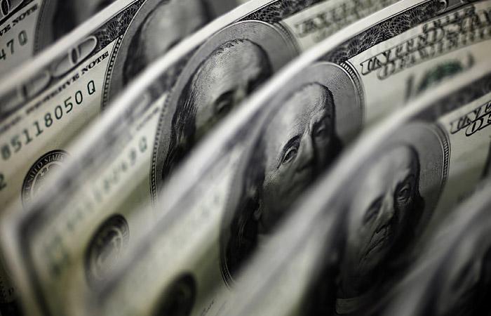 Доллар впервые с 22 апреля поднялся выше 77 рублей