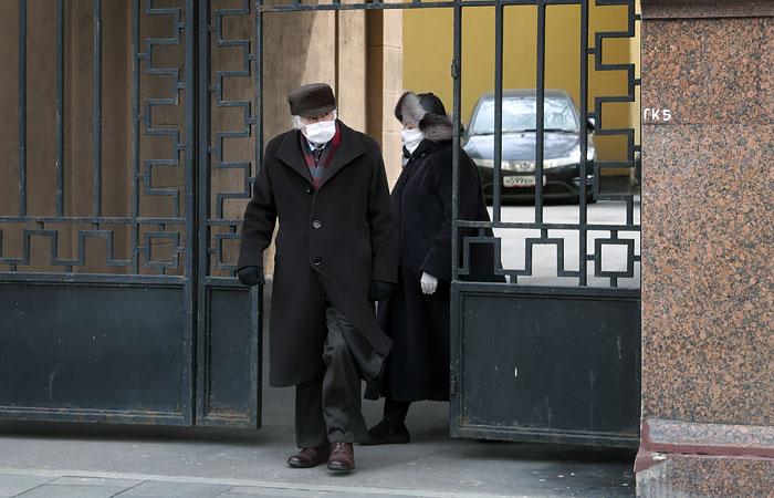 Источник сообщил о возможном повторении в Москве карантина для пожилых