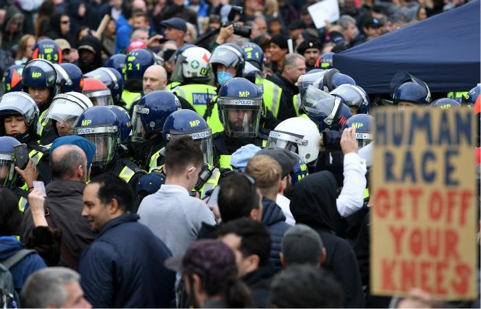 В Лондоне на акции против COVID-ограничений произошли стычки с полицией