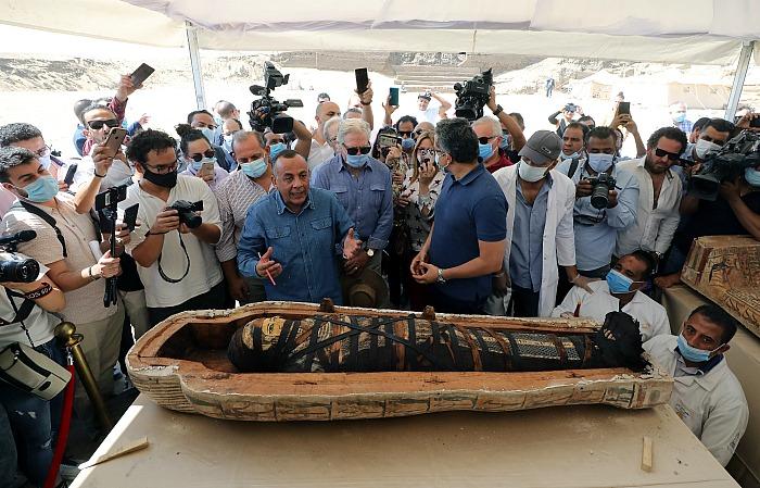 Египетские археологи открыли перед журналистами 2600-летний саркофаг