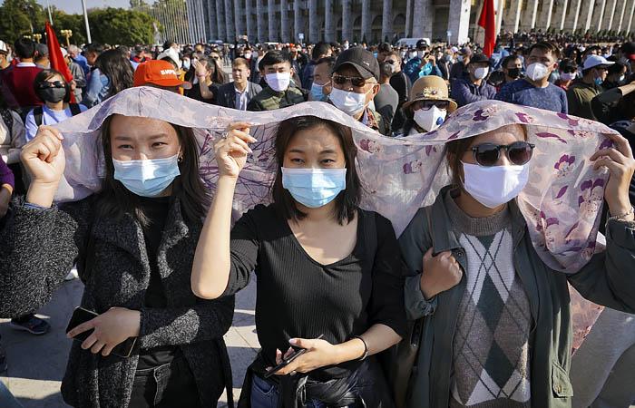 Милиция Киргизии начала разгон митингующих у парламента Бишкека
