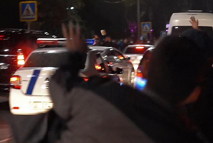 Демонстранты ворвались на территорию госкомитета нацбезопасности Киргизии