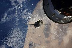 Падение давления на МКС замедлилось, после того как заклеили трещину
