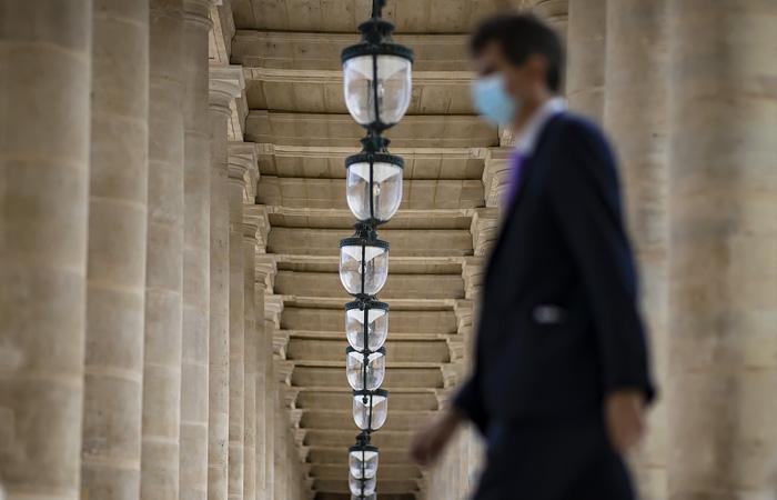 Возможные убытки Франции от жесткого карантина оценили в €20 млрд в месяц