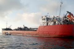 Взорвавшийся в Азовском море танкер отбуксировали