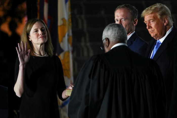 Новая судья Верховного суда США Барретт приведена к присяге