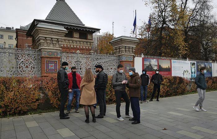 Группа мусульман устроила акцию у посольства Франции в Москве