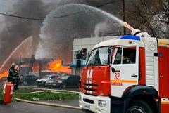 Загоревшийся на юге Москвы склад обрушился