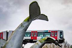 В Роттердаме поезд метро после аварии повис на Хвосте Кита