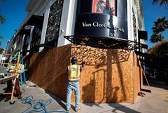 В магазинах США начали заколачивать витрины из-за риска беспорядков